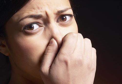 Ce boli grave poate ascunde o respiraţie urât mirositoare