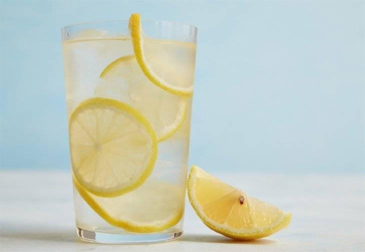 Apă cu suc de lămâie pentru hidratarea și detoxifierea organismului - BodyGeek