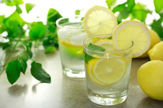 Apă cu suc de lămâie pentru hidratarea și detoxifierea organismului