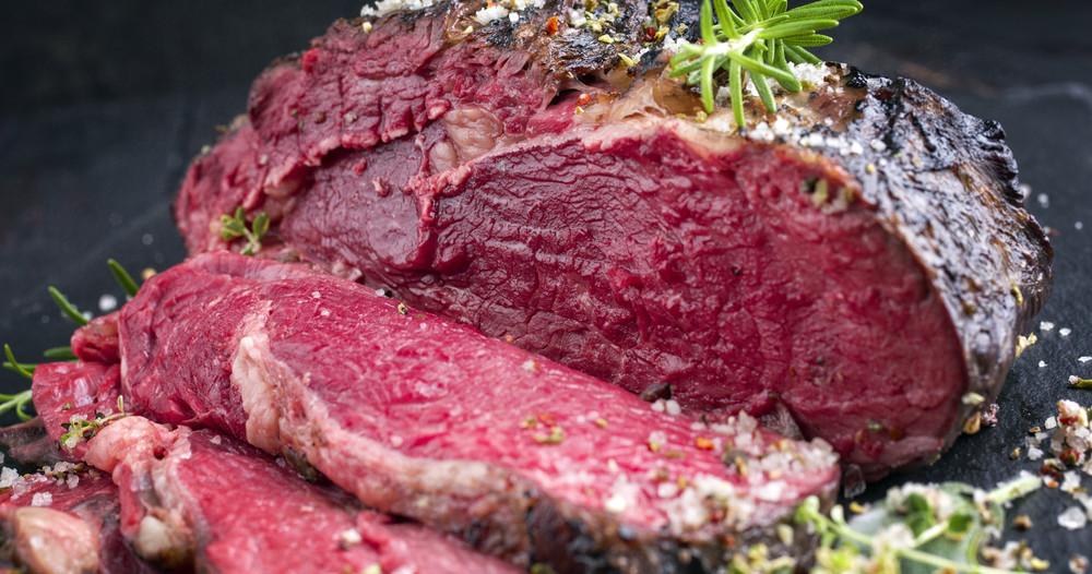 Carne roșie și cârnați, cancerigeni, dar nu prea mult